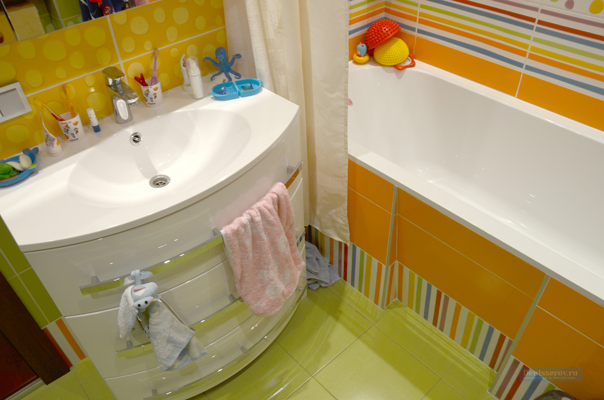 Dizajn-detskoj-vannoj-komnaty-v-zelenom-cvete-1