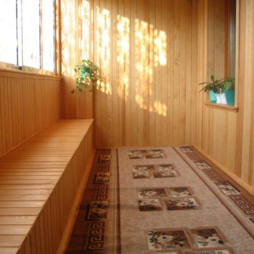 prostornyy-balkon-obshityy-derevom-karkas-sboku